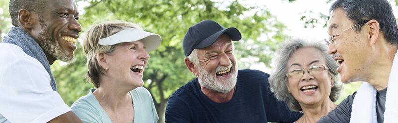 여러 인종의 노인들이 함께 웃고 있는 이미지