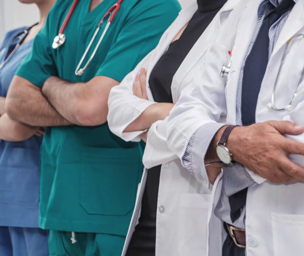 팔짱끼고 서있는 의사들