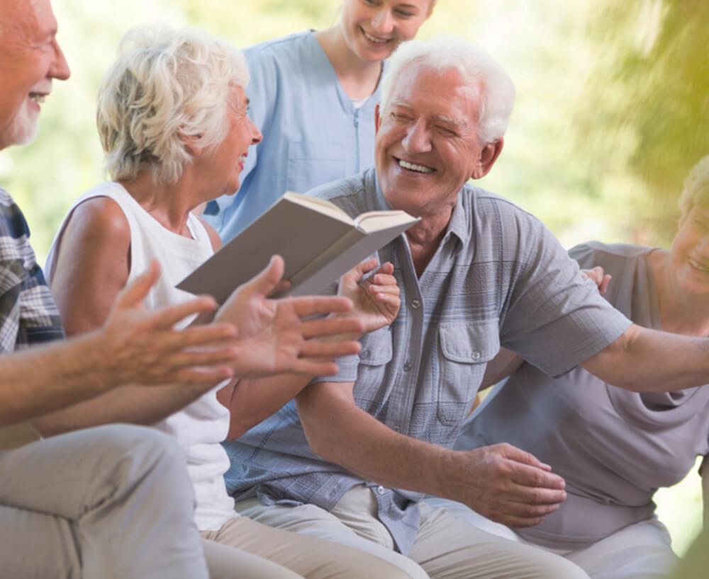 즐겁게 대화 나누며 웃는 노인들